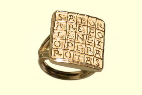 Anello dorato con lettere dell'alfabeto intagliate