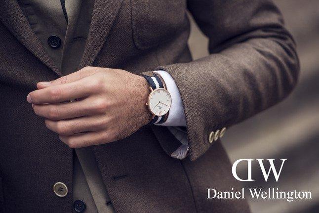 Uomo in giacca e cravatta con orologio al polso