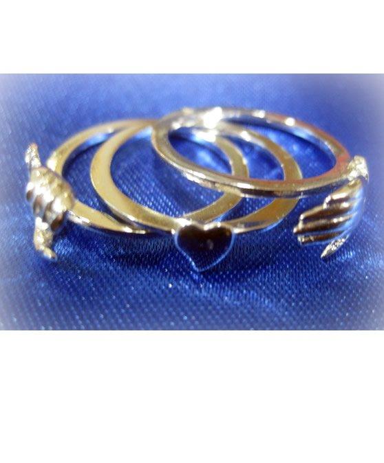 Gioiello in acciaio dorato con decorazioni di mani e cuori