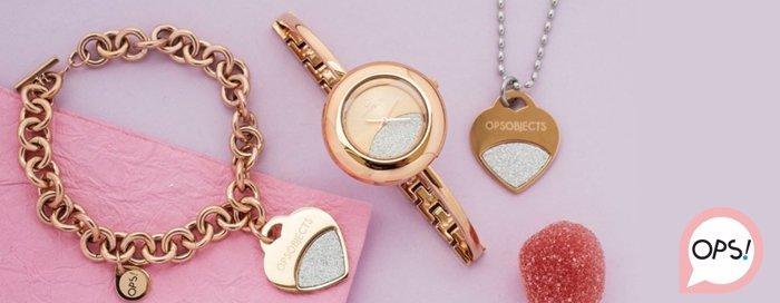 Catenine con ciondoli a forma di cuore e un orologio con cinturino sottile