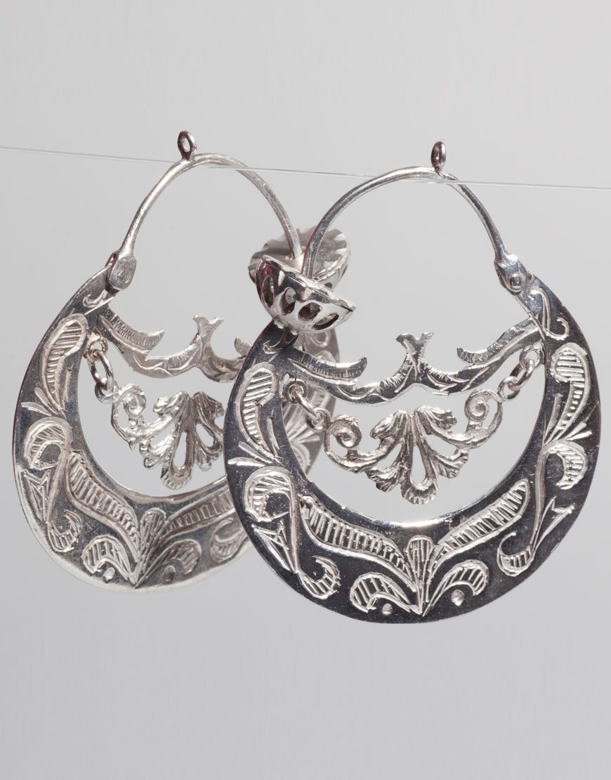 Due orecchini metallici decorati