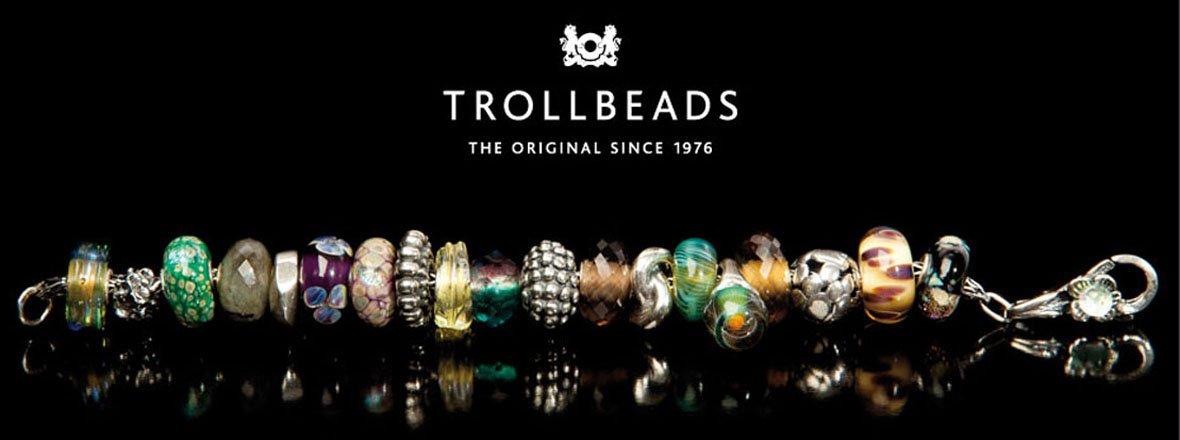 Locandina Trollbeads a sfondo nero con bracciale con perline colorate