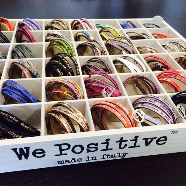 Esposizione di bracciali colorati marca We Positive