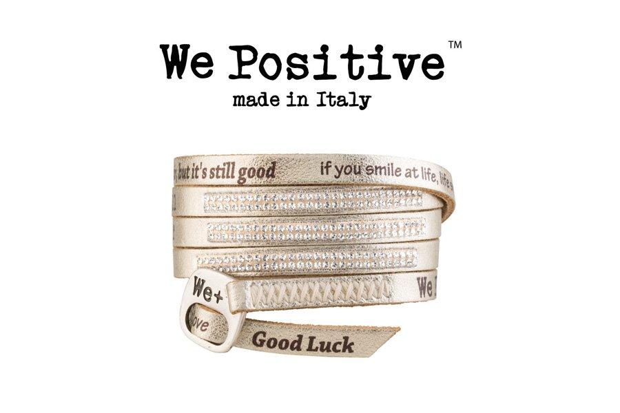 Locandina pubblicitaria We Positive con un bracciale e scritta