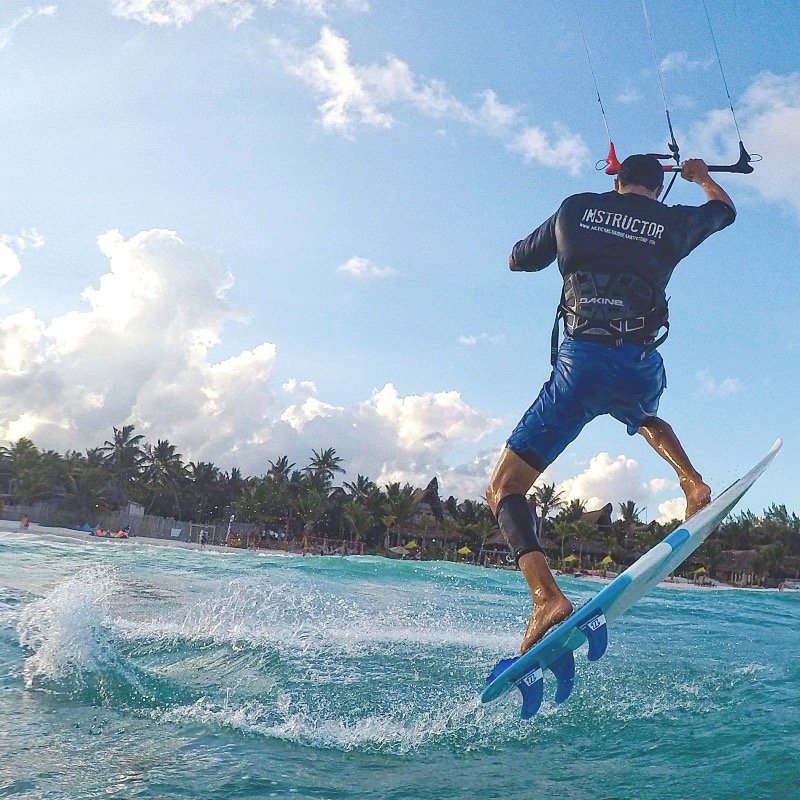 Strapless Kitesurfing Lessons in Tulum with Mexican Caribbean Kitesurf