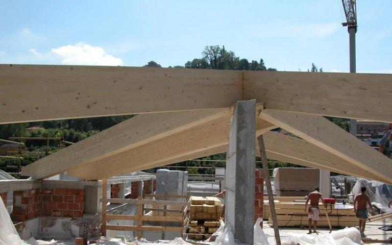 delle travi di legno di uno stabile in costruzione