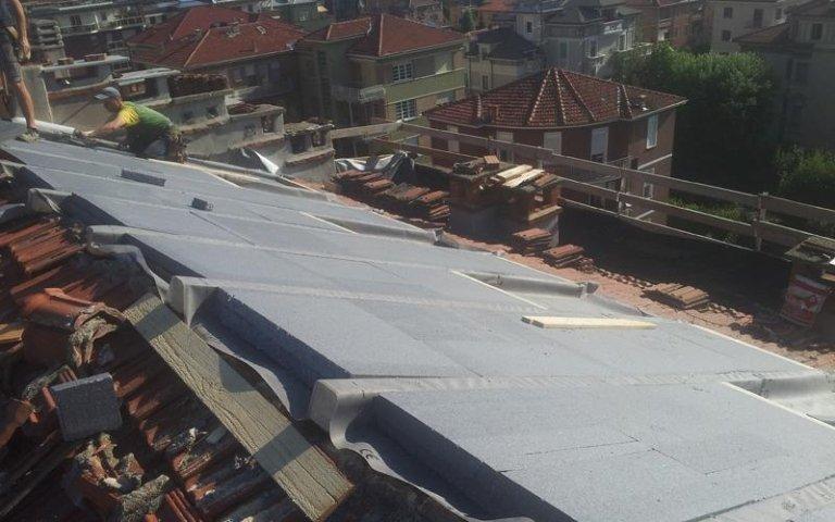 un tetto in fase di costruzione con dei pannelli isolanti