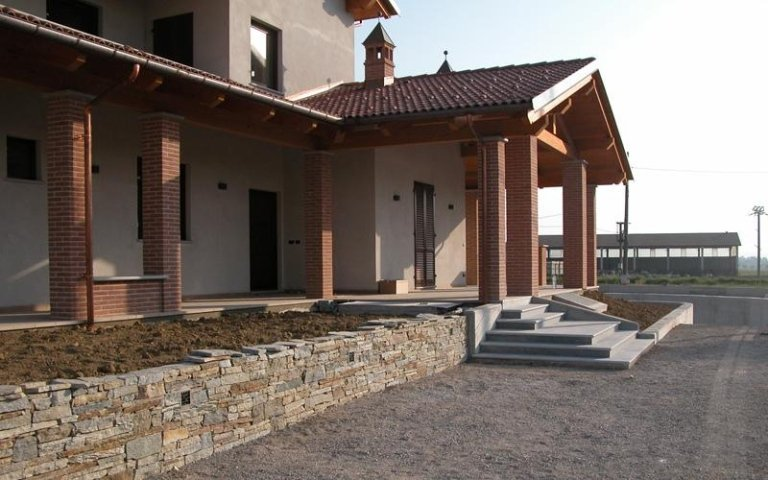 una villa con un portico e delle colonne in mattoni