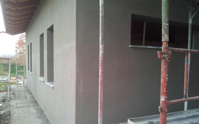 un'impalcatura e la facciata di uno stabile