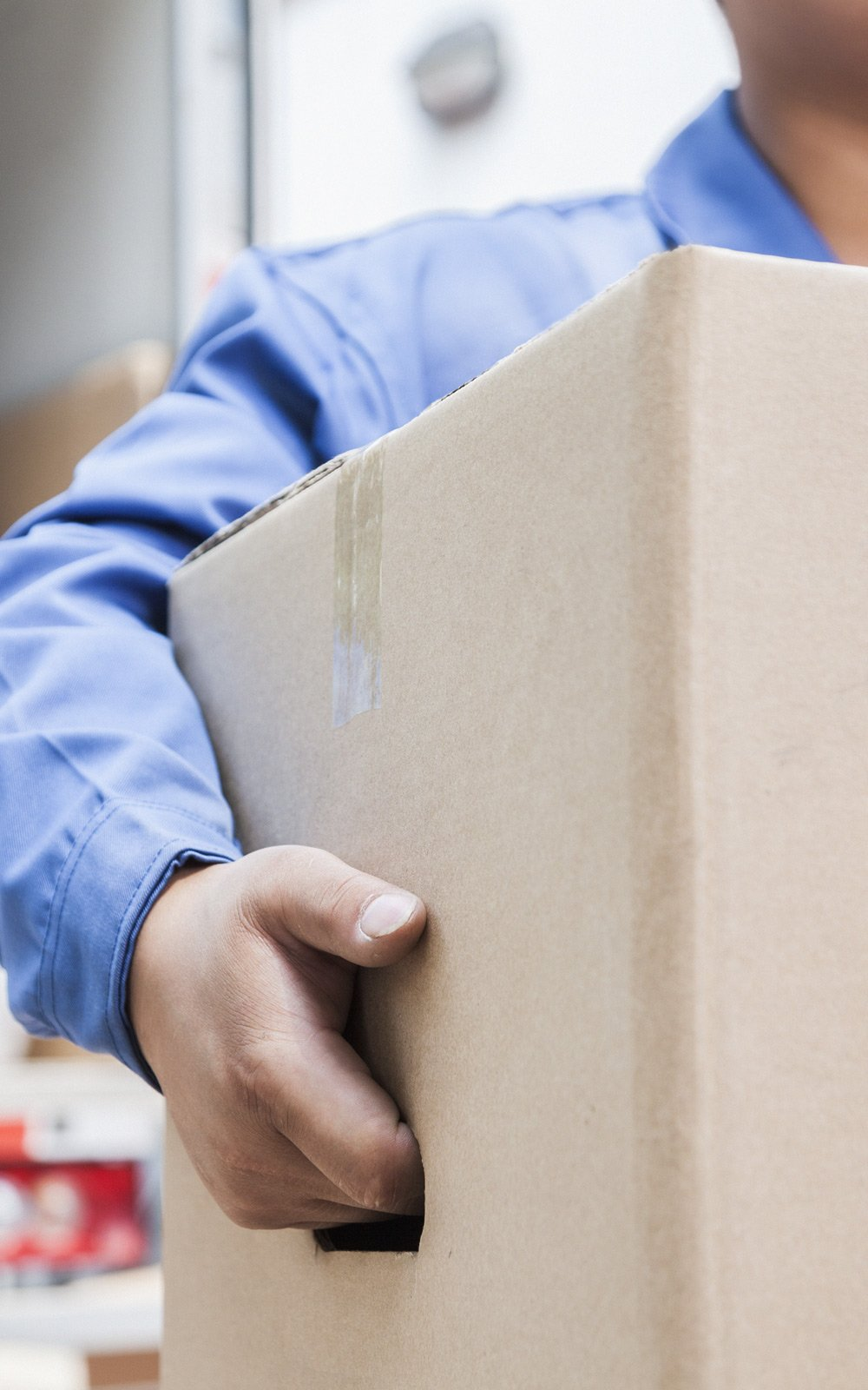 Un uomo che trasporta una scatola