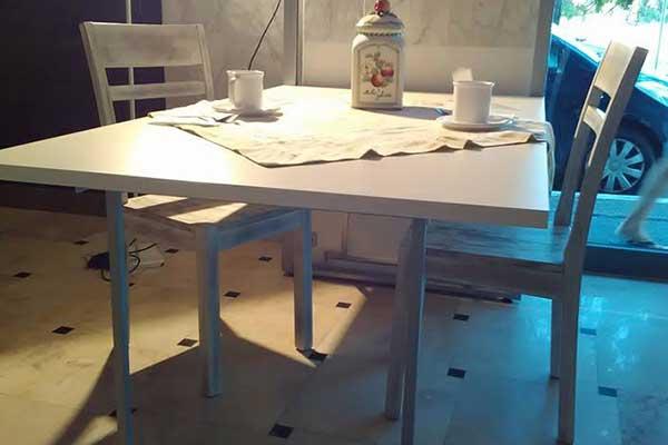 Tavolo di cucina con sopra delle tazze