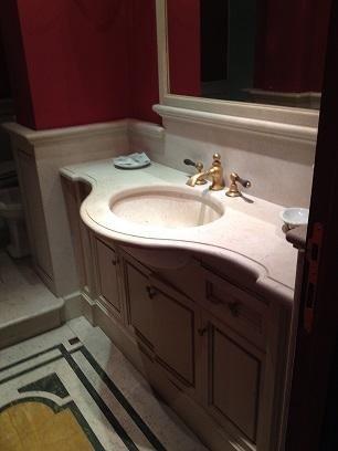 lavabo in marmo marrone