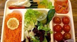 Pane artigianale, insalata greca, insalata di carciofi