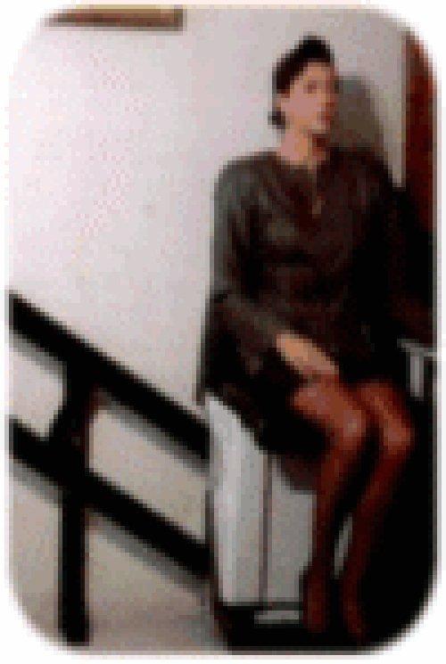 donna seduta su una sedia mobile per scale