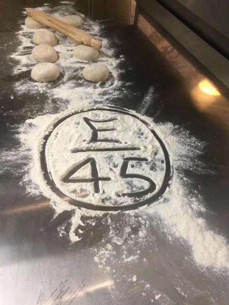 una scritta E45 fatta con della farina stesa e degli impasti
