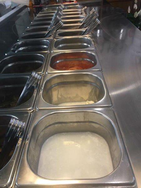 dei contenitori di metallo con degli ingredienti per la farcitura