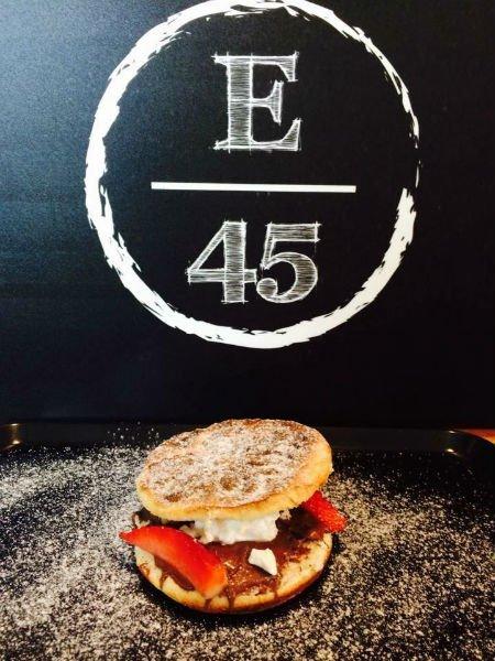 logo E45 e sotto un panino farcito