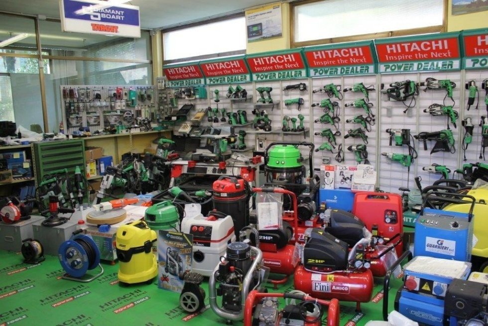 interno negozio con compressori e trapani