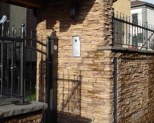 Muro cancello con mattonelle in pietra