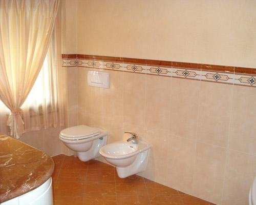Rivestimento con bordo decorativo bagno