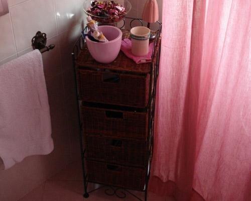 Rivestimento bagno con mattonelle rosa