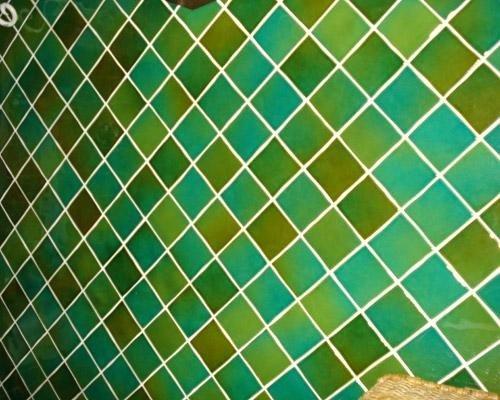 Pavimento con mattonelle verdi