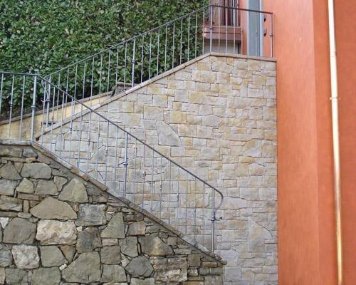 Rivestimento lato scala in pietra