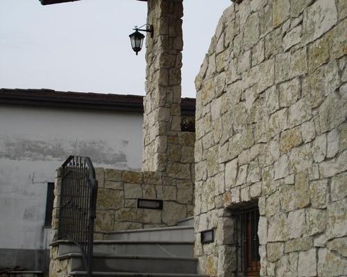 Scala decorata con pietre vere