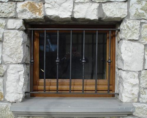 Mattonelle in pietra intorno alla finestra