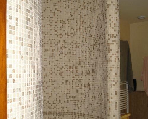Doccia con mattonelle a mosaico