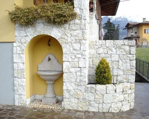 Parete in pietra fontanella