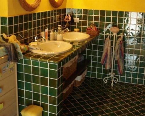 Diversa angolazione rivestimento con mattonelle verdi