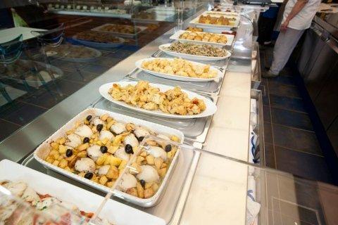 vassoi con pietanze della gastronomia