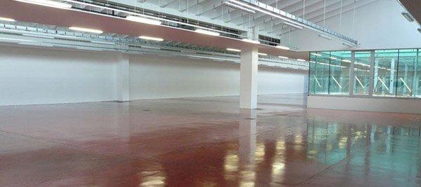 vista interna di un impianto con pavimentazione e rivestimenti in resina