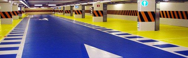 vista interna di un impianto con paviment in resina azzurro