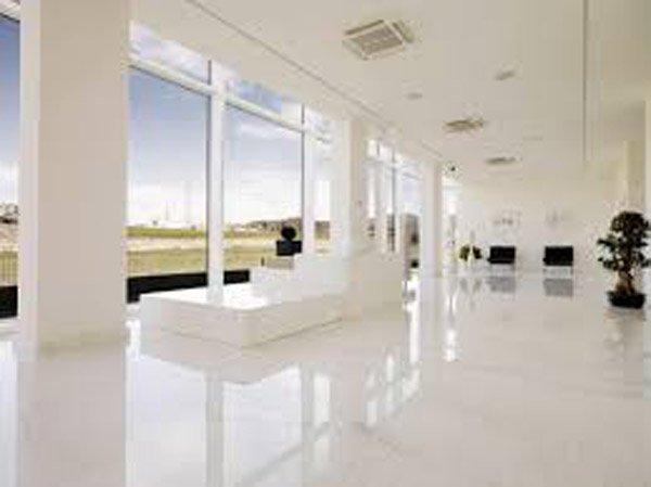 soggiorno moderno con pavimento in cotto e infissi esterni
