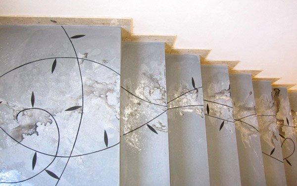 pavimento scala in resina liscia spatolata e decorata