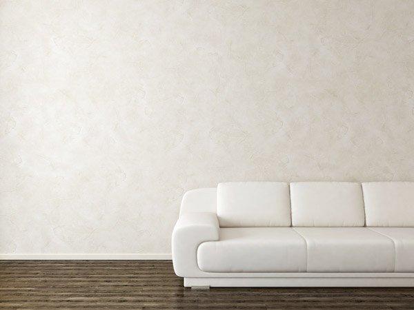 divano bianco con parete in stucco veneziano