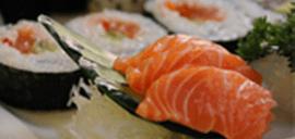 sashimi salmone, barchette di sushi, sushi con alghe