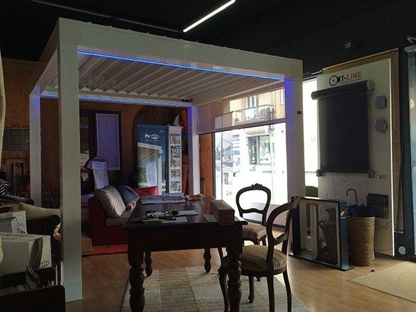 Showroom con pergola bioclimatica Opera