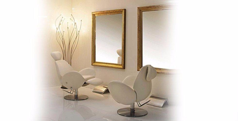 Poltrone e specchi per saloni di bellezza