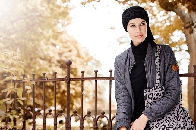 Campo lungo di donna con turbante nero