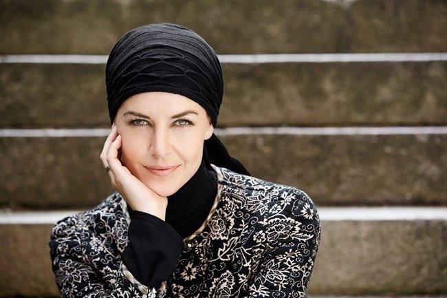 Primo piano di donna con turbante nero