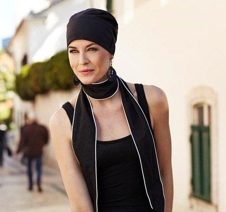 Turbante nero con nastri lunghi