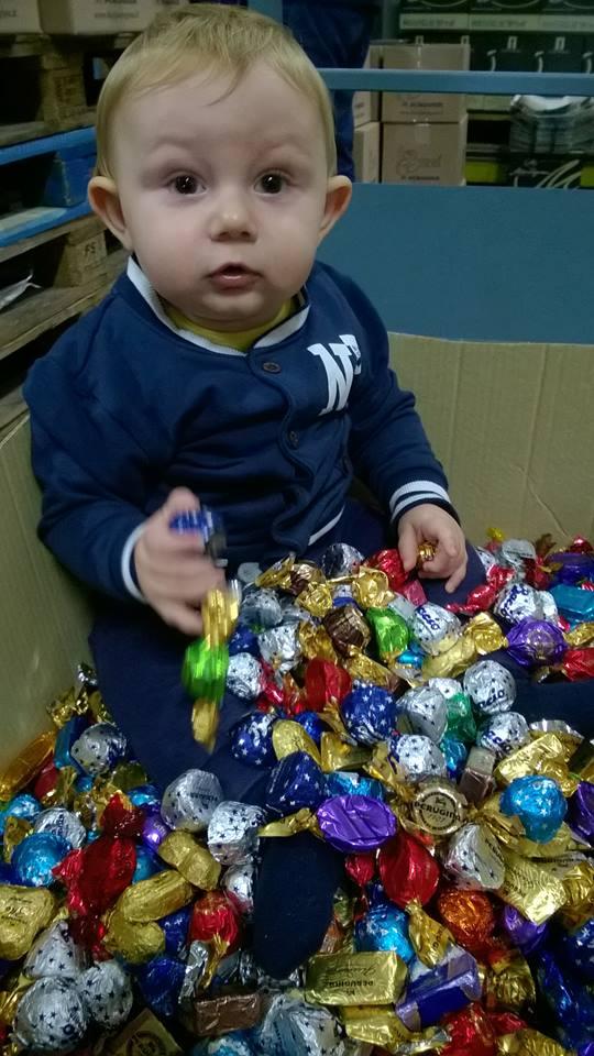 bimbo con cioccolatini