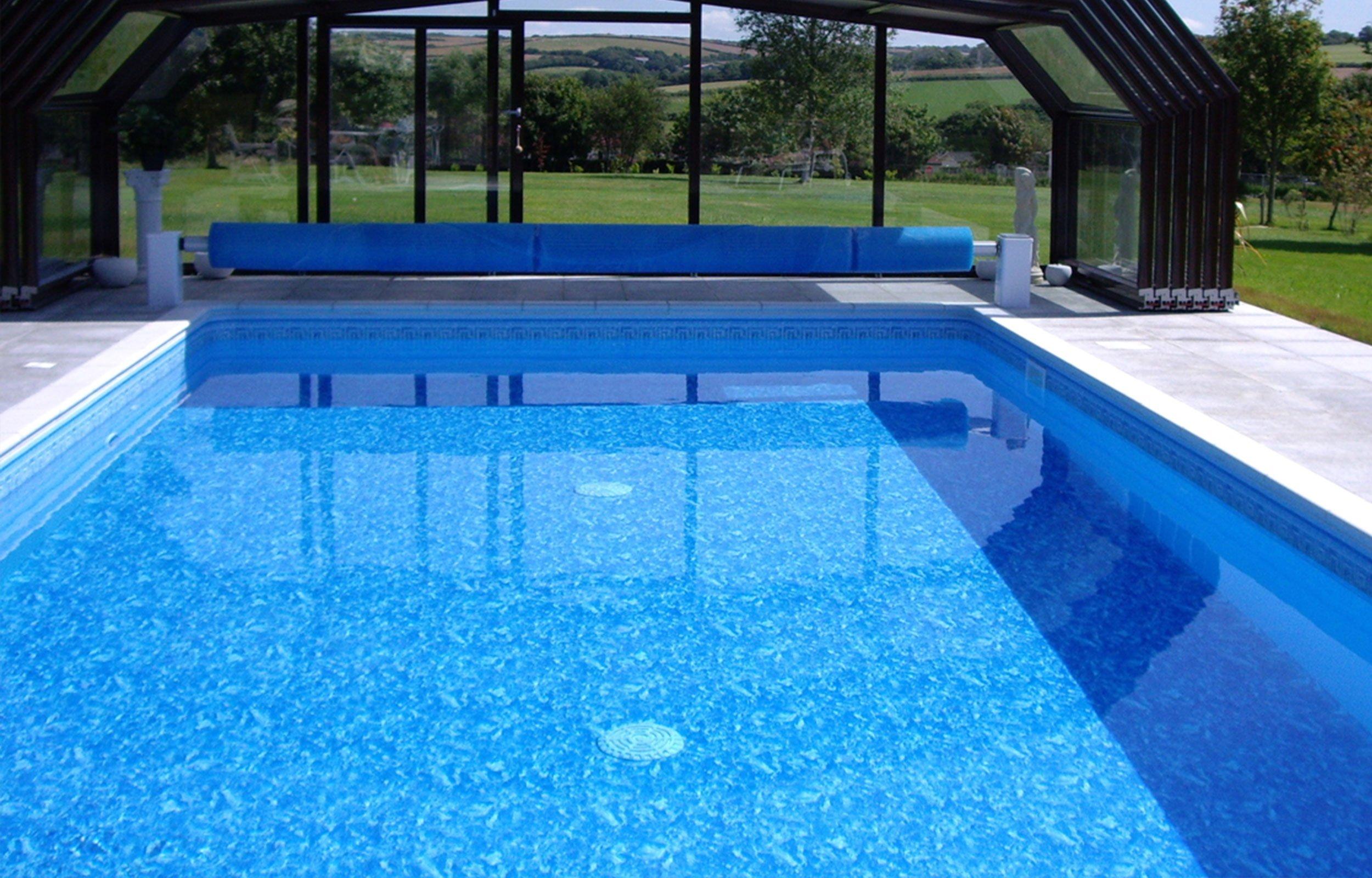 piscina interna con vista fuori