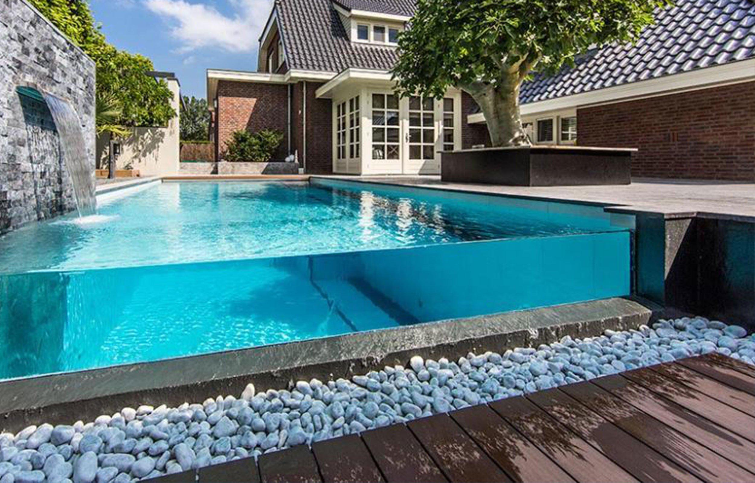 una piscina lussuosa