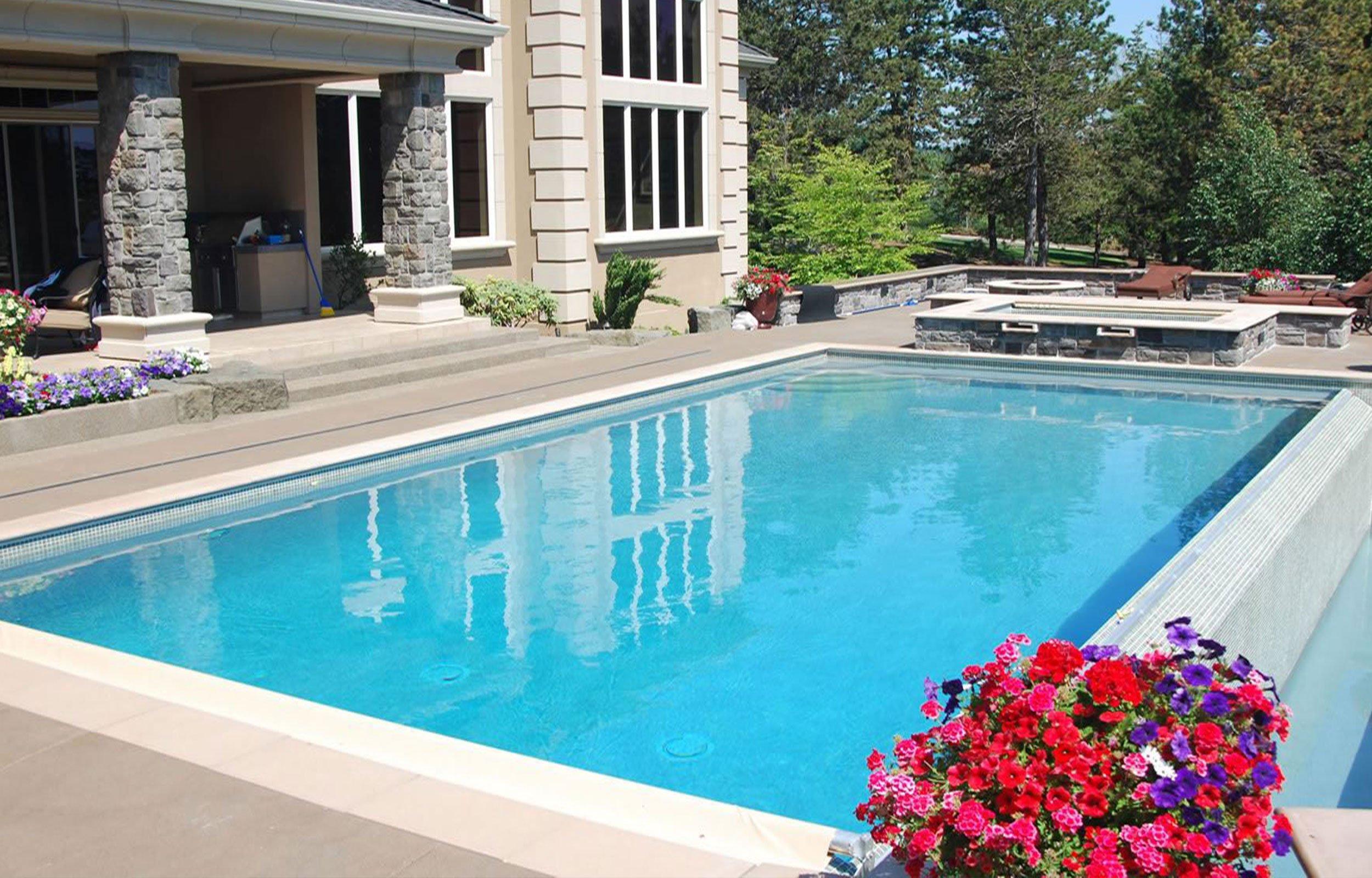 una piscina in una villa