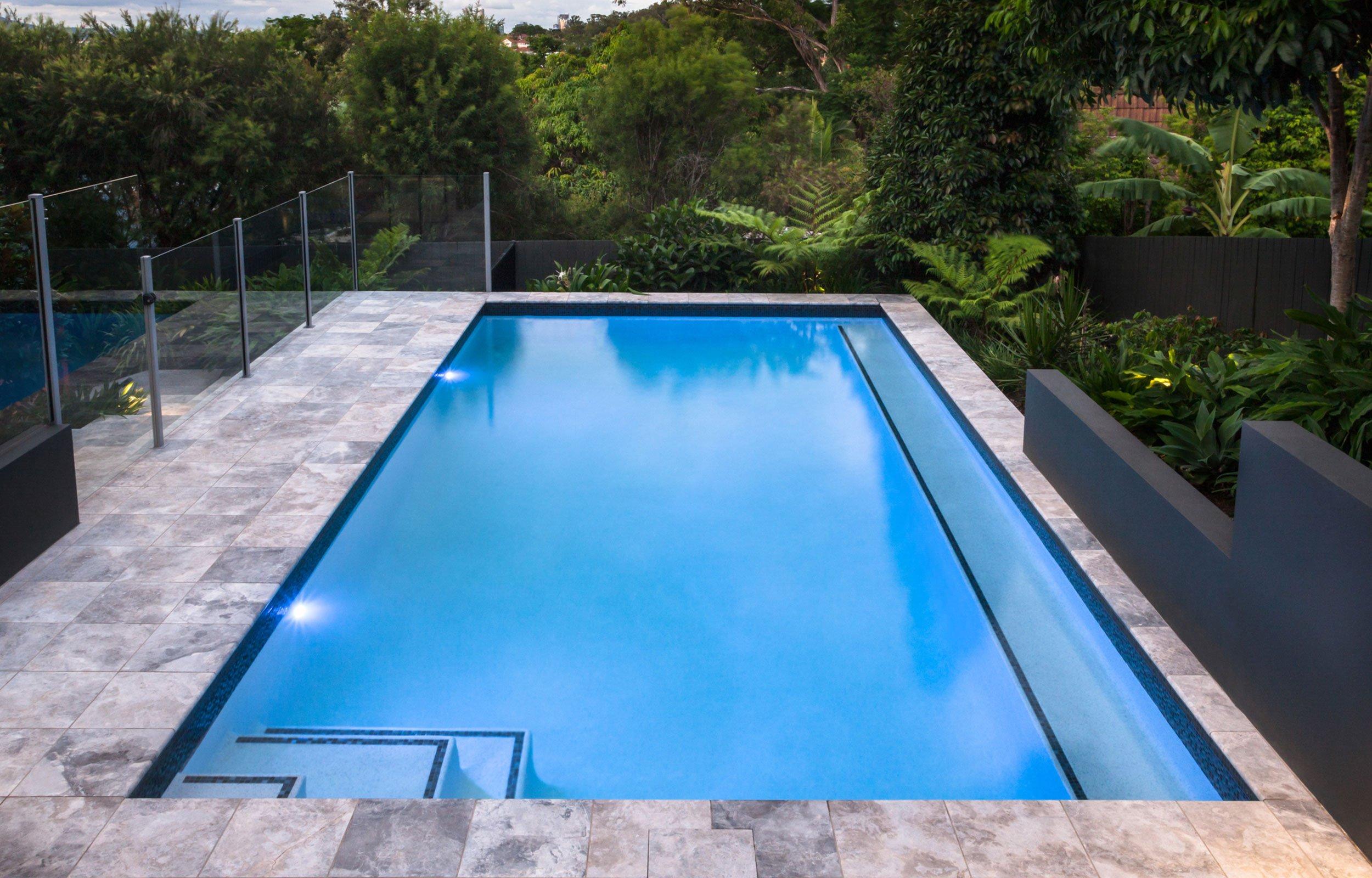 piscina all'aperto con del verde attorno