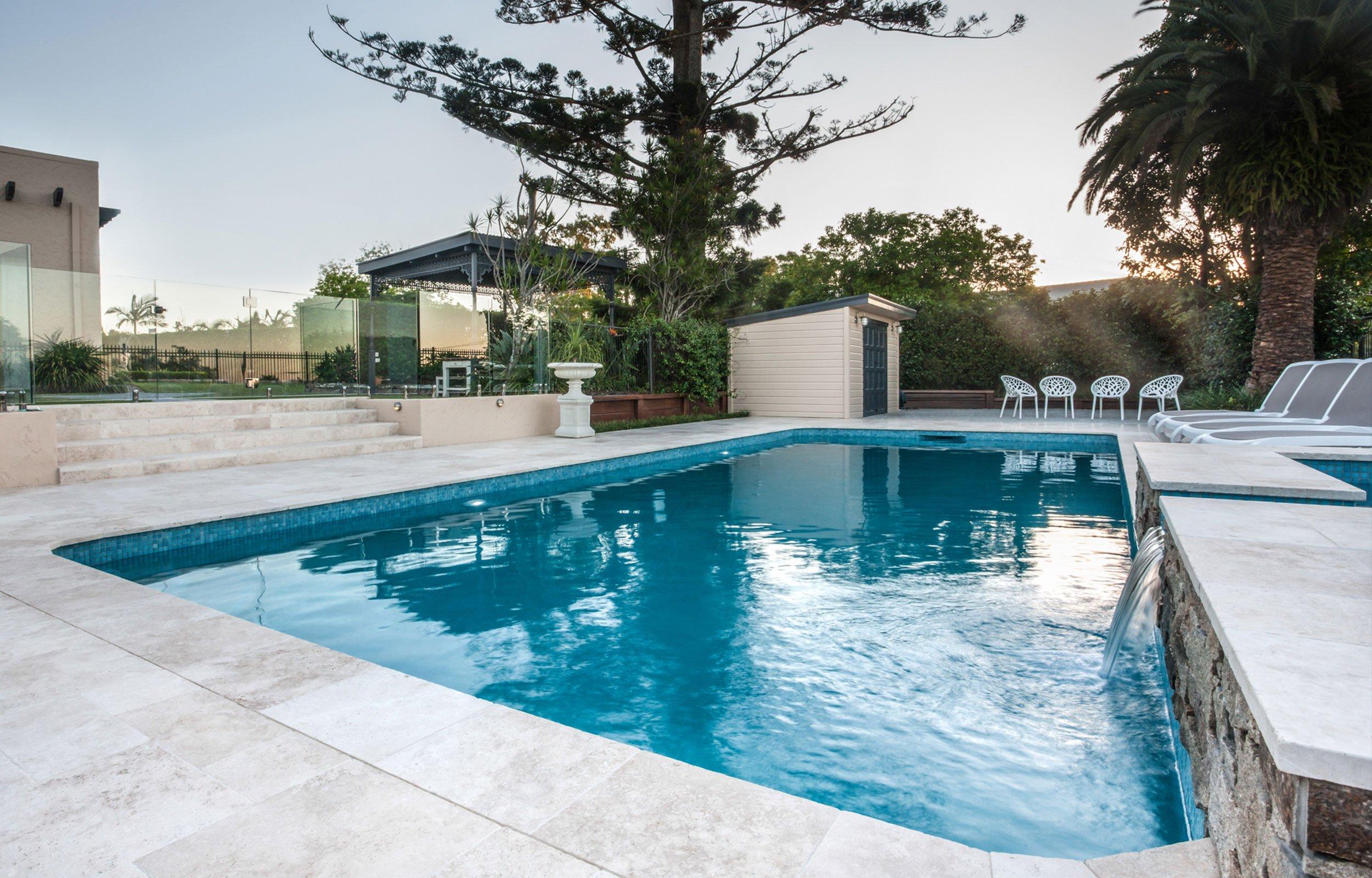 una piscina con pavimento in marmo